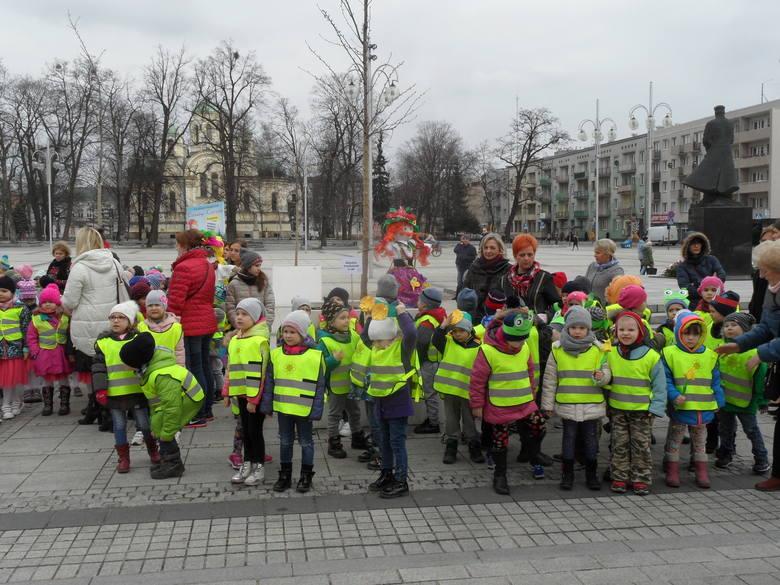 Częstochowskie przedszkolaki, na placu Biegańskiego, przed Ratuszem, pożegnały zimę i przywitały wiosnę. Maluchy kolorowo przebrane, z kukłami Marzanny