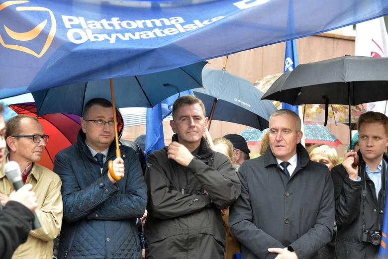 W poniedziałek w 17 miastach Polski odbyły się protesty Związku Nauczycielstwa Polskiego przeciwko wprowadzenia nowej reformy w edukacji.<br /> <br /> W Białymstoku pikietujący zebrali się przed urzędem wojewódzkim.<br /> <br /> W proteście wzięli udział nauczyciele, rodzice, samorządowcy i...