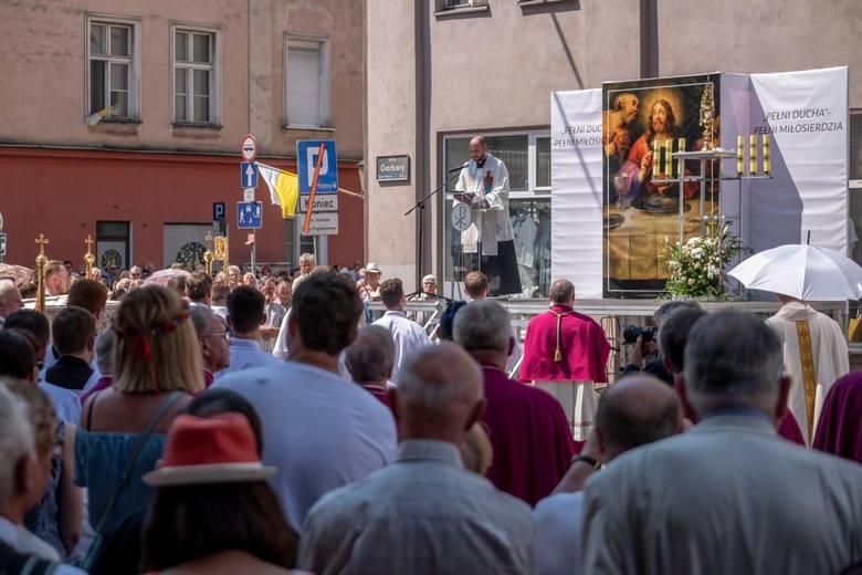 Starszy kapłan razem z innym księdzem zaczęli w tajemnicy uczyć go liturgii.  Maurycy znał łacinę, której uczył się w liceum we Lwowie. Okazał się pojętnym