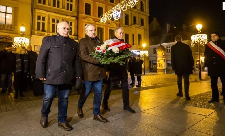 Dziś przypada 38. rocznica wprowadzenia stanu wojennego. W nocy z 12 na 13 grudnia 2019 roku pod tablicą Solidarności w przy kościele św. Ducha Toruniu