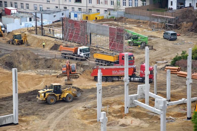Nieco ponad miesiąc temu pokazywaliśmy jak wygląda teren po byłej Estradzie w Zielonej Górze, gdzie trwa budowa nowego kompleksu handlowego. Co kilka