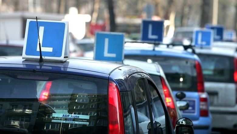 Urząd Miejski w Białymstoku opublikował nowe statystyki związane z egzaminem na prawo jazdy kat. B. Zobacz, w których OSK zdawalność egzaminu praktycznego