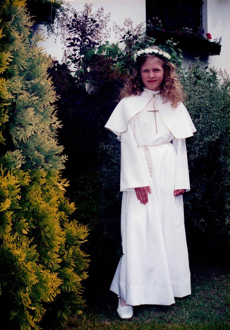 <strong>2001 rok</strong><br /> <br /> W latach 90. i na początku XXI wieku ścierały się ze sobą dwa poglądy na temat strojów komunijnych. Po jednej stronie stali zwolennicy wystawnych sukni, po drugiej zaś prostych alb. Ich wypadkową stała się prosta, biała sukienka do ziemi, przypominająca krojem strój...