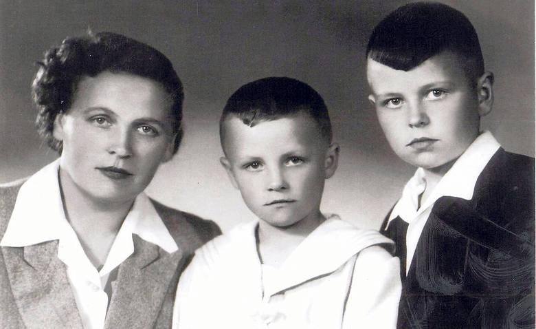 Tadeusz Nalepa urodził się w Zgłobniu 26 sierpnia 1943 r. Gdyby żył, właśnie kończyłby 74 lata. Na zdjęciu Helena Nalepa z synami: Czesławem i Tadeuszem