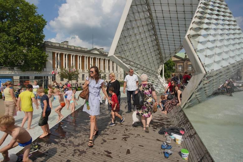 Przepis na ochłodę w upalny dzień w centrum stolicy Wielkopolski – fontanna na Placu Wolności