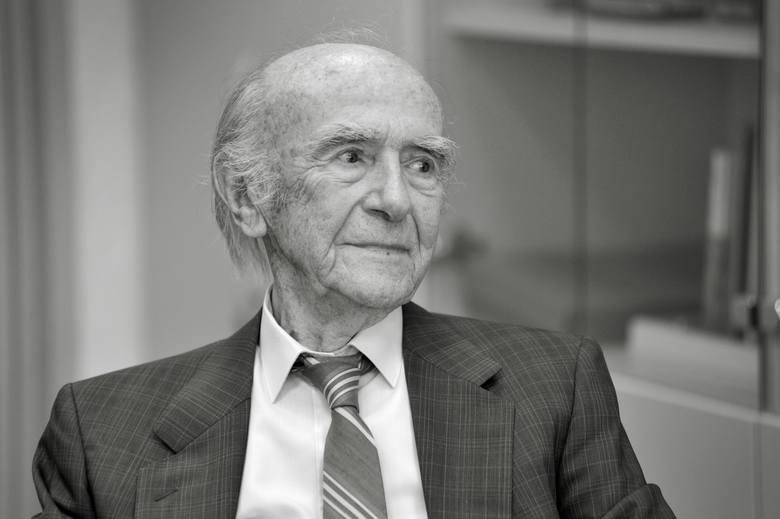 Karl Dedecius - przez lata, za dnia, agent ubezpieczeniowy, a w czasie wolnym, i potem na emeryturze, największy tłumacz polskiej literatury i  jej niestrudzony
