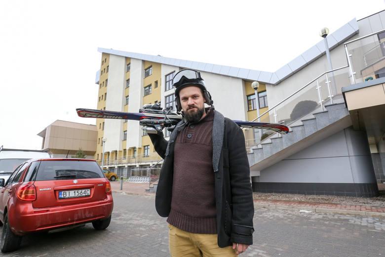 Choć Maciej Grygorczuk ma ze sobą narty, to z dachu  można by zjeżdżać na byle czym. - Kreatywność ludzi nie zna granic - śmieje się.