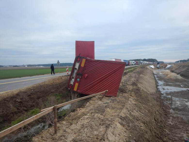 Dziś rano doszło do zdarzenia drogowego na krajowej ósemce. Okazało się, że kierujący ciężarowym volvo 54 letni obywatel Białorusi miał ponad 2 promile