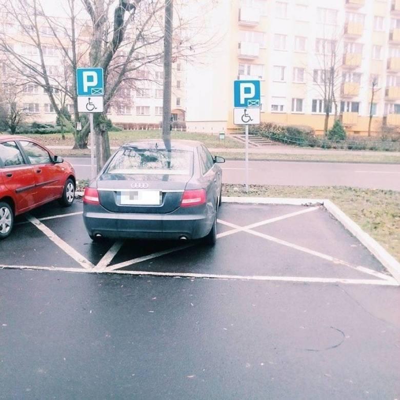 """Przygotowaliśmy kolejną galerię """"mistrzów parkowania"""" w Toruniu. Zobaczcie pojazdy osób, które parkują gdzie popadnie. Dla nich inni"""