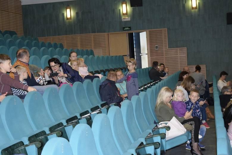 """Teatr Truskawkowi Rodzice wystąpili w Kinoteatrze Polonez ze spektaklem """"Zamieszanie w krainie bajek"""". Spektakl był charytatywny – podczas przedstawienia prowadzona była zbiówka na leczenie Małgosi Piekarskiej."""