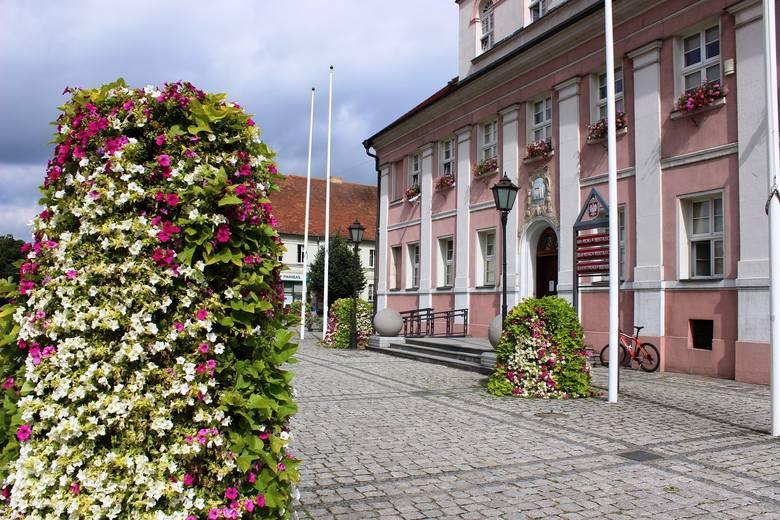 Rynek tonie w kwiatach.
