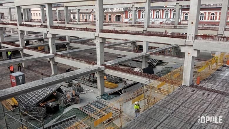 Centrum przesiadkowe Opole Główne. Postępują prace przy kolejnych poziomach konstrukcji.
