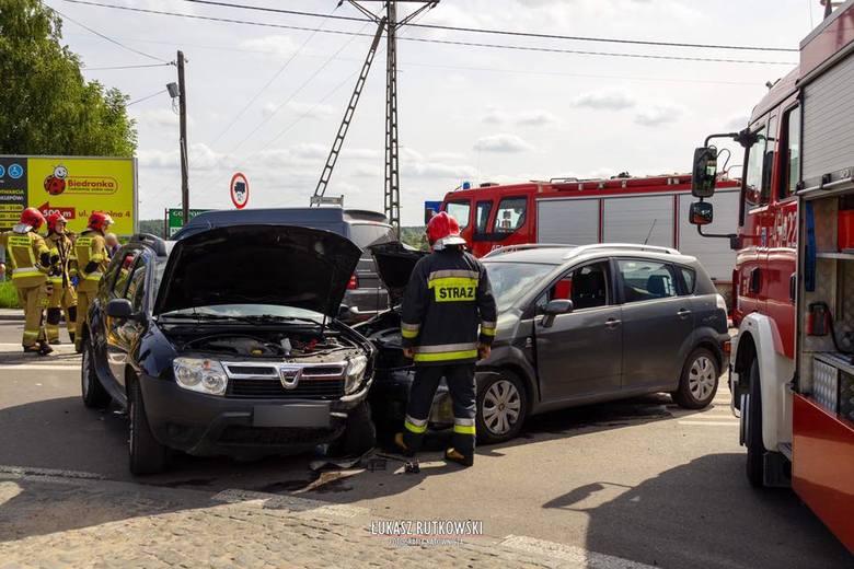 W czwartek, o godz. 12.30, strażacy z OSP Knyszyn otrzymali zgłoszenie o wypadku drogowym na głównym skrzyżowaniu w Knyszynie. Zdjęcia pochodzą z fanpejdża