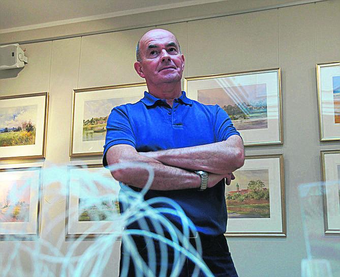 Malarz William North uczestniczy w przygotowaniu wystawy w Muzeum Miejskim. Obrazy już wiszą na mocnych żyłkach