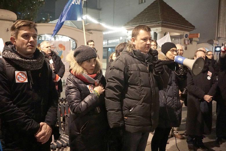 16.12.2016 lodz .protest lodzian ktorzy nie zgadzaja sie z ograniczeniami wolnosci mediow przed siedziba pis na ul.piotrkowskiejnz. protest , demonstracja