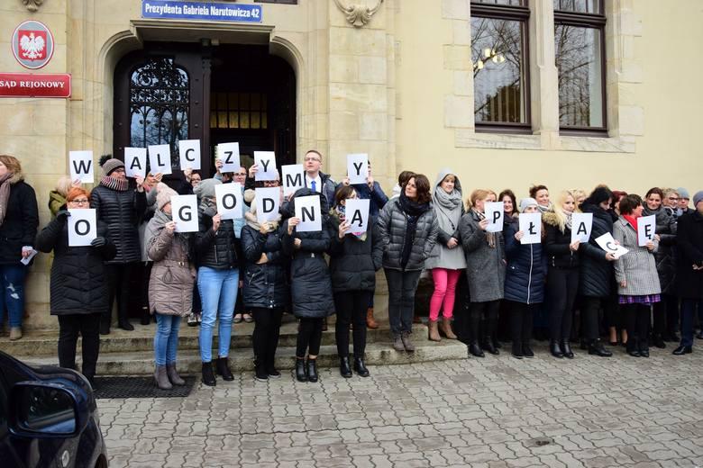 """W samo południe wszyscy pracownicy Sądu Rejonowego w Inowrocławiu wyszli przed budynek. Utworzyli transparent z hasłem """"Walczymy o godną płacę"""".Trwa"""