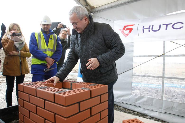 Piotr Gąska, przedstawiciel Hutchinson Polska podczas wczorajszej uroczystości wmurowania kamienia węgielnego, czyli symbolicznego początku budowy nowego zakładu pracy w regionie<br />