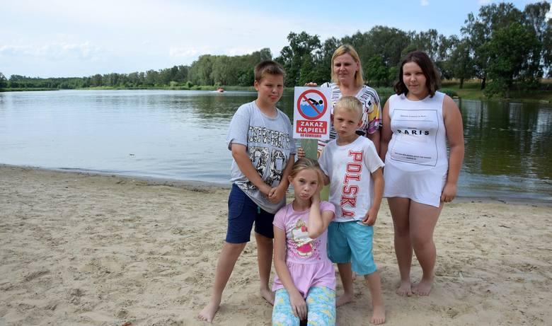 Miała być kąpiel w jeziorze, a tu tabliczka z zakazem. Plażowicze, szczególnie najmłodsi, byli rozczarowani. Od lewej: Kamil Lejman, Wiktoria Krygier,