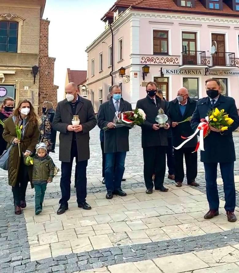 Obchody 11. Rocznicy Katastrofy Smoleńskiej w Sandomierzu. Upamiętniono miejsca związane z ofiarami. Zobaczcie zdjęcia