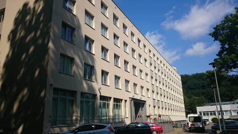 Politechnika natomiast dysponuje dwunastoma budynkami zlokalizowanymi na trzech osiedlach: Traugutta, Wyspiańskiego oraz Brzeźnie. W akademikach Politechniki
