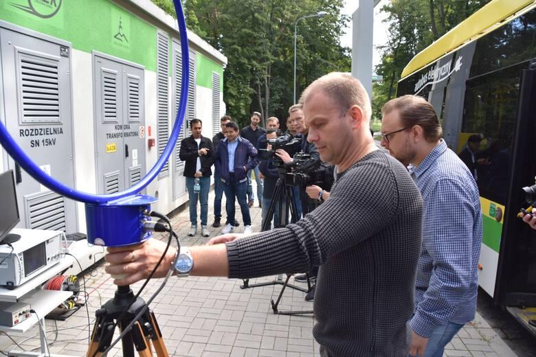 Badania pola elektromagnetycznego w autobusach elektrycznych wykonują doktoranci Europejskiej Szkoły Doktorskiej, w której jednym z partnerów jest Uniwersytet