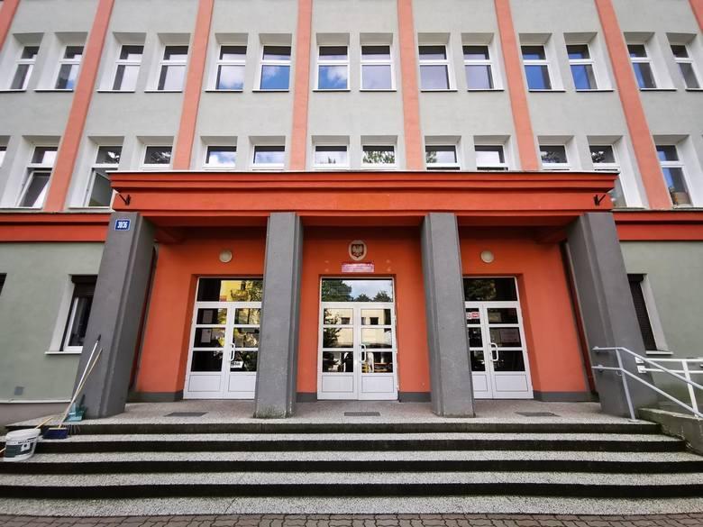 Z całej Polski popłynęły skargi na SP 10 w Toruniu, która rzekomo miała tolerować banderyzm pochwalany przez ukraińskiego ucznia. Prokuratura zbadała