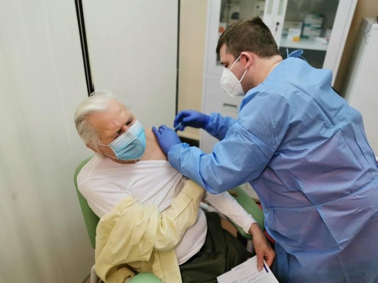 W ciągu tygodnia w każdym punkcie szczepień może zostać przyjętych po 30 seniorów.