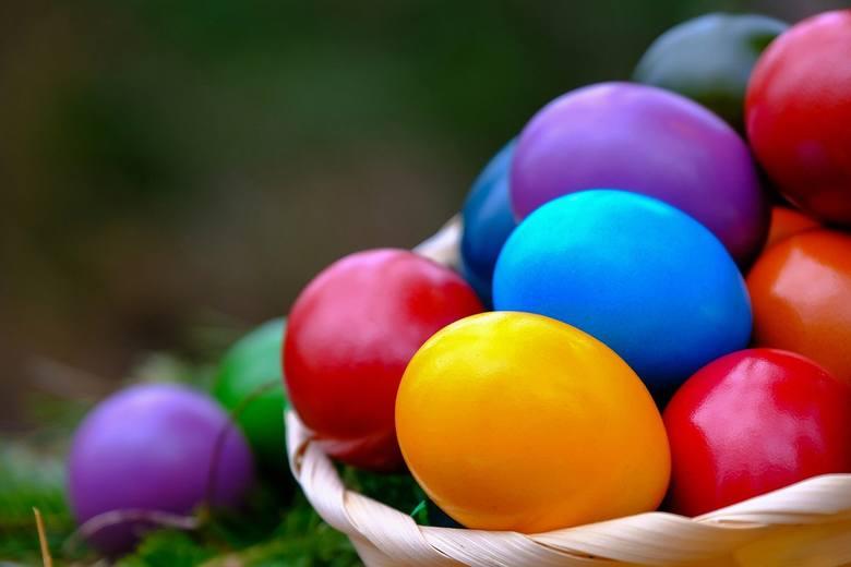 Sposobów barwienia skorupek jaj jest wiele. Najprościej użyć do tego gotowych barwników, które, niestety, zawierają w sobie chemię. Co powiecie na zafarbowanie