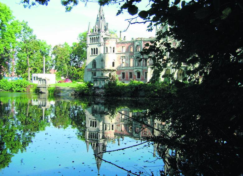Bajkowy pałac Schaffgotschów w Kopicach zamienił się w ruinę, choć przetrwał II wojnę światową w dobrym stanie. Niestety, został rozgrabiony, a następnie podpalony. Czy uda się go odbudować?