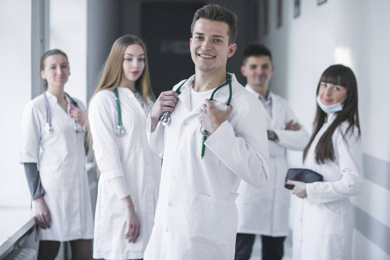 Pensje lekarzy są silnie zróżnicowane. O wysokości wynagrodzenia decydują: specjalizacja, staż pracy oraz liczba dodatkowo płatnych dyżurów (najlepiej