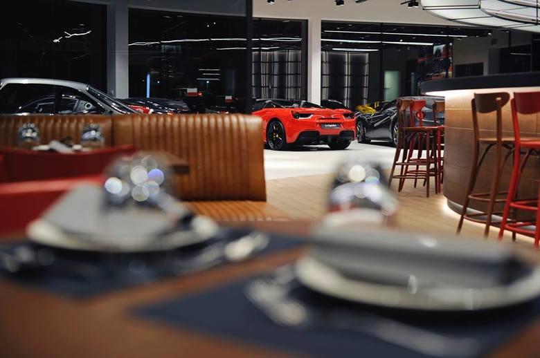 """Nazwa restauracji (z włoskiego """"zespół"""") wywodzi się od tytułu magazynu, poświęconego motoryzacji, wydawanego przez katowicki salon Ferrari oraz Maserati"""