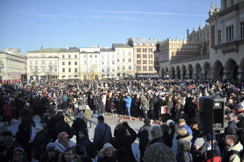 W geście solidarności oraz sprzeciwu wobec mowy nienawiści mieszkańcy Krakowa spotkali się pod Wieżą Ratuszową. Na płytę Rynku wniesiono kir z herbem