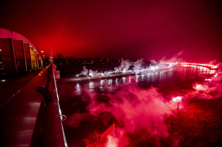 Powstańcza iluminacja przygotowywana przez kibiców Lecha Poznań po raz kolejny rozświetliła Poznań w 100. rocznicę wybuchu Powstania Wielkopolskiego.