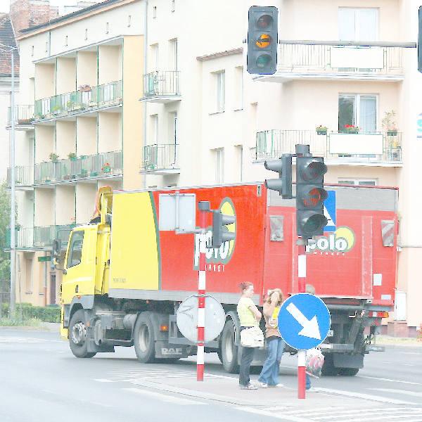 Kierowca tej ciężarówki nie zdążył ani wyhamować, ani zjechać na czas ze skrzyżowania