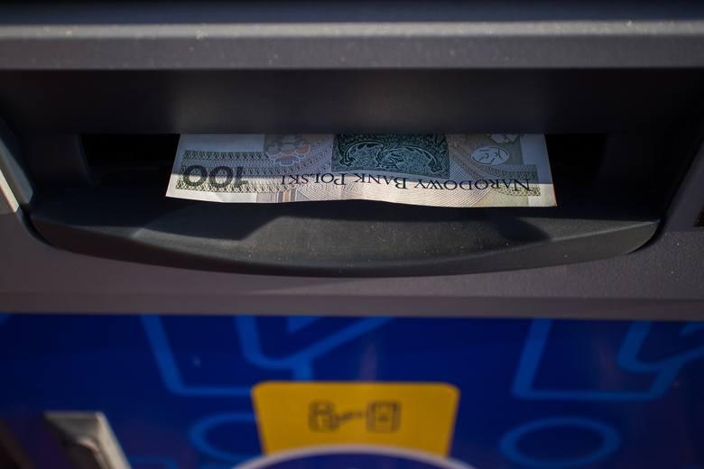 Problemy z dostępem do konta. Banki ogłaszają, że w weekend (7-9 maja) klienci mogą mieć problemy z płatnościami kartą lub wypłatami środków z bankomatów.Utrudnienia