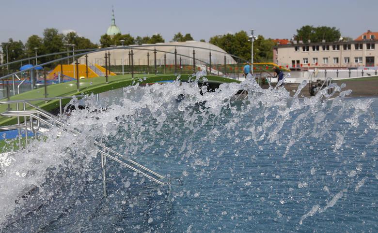 Baseny ROSiR w Rzeszowie napełniono już wodą, trwają tu jeszcze ostatnie prace wykończeniowe. Kąpielisko miało zostać otwarte w niedzielę 13 maja, termin
