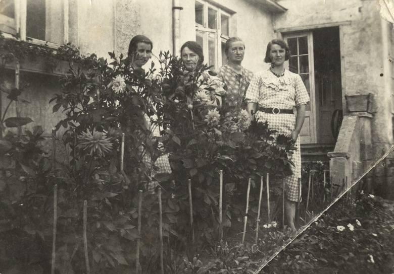 Podhajce, rok 1935. Maria z Wojciechowskich Zarębina (druga z lewej) ze świekrą Zofią Zarębiną oraz jej córkami Aliną (z lewej) i Zofią (z prawej)<br />