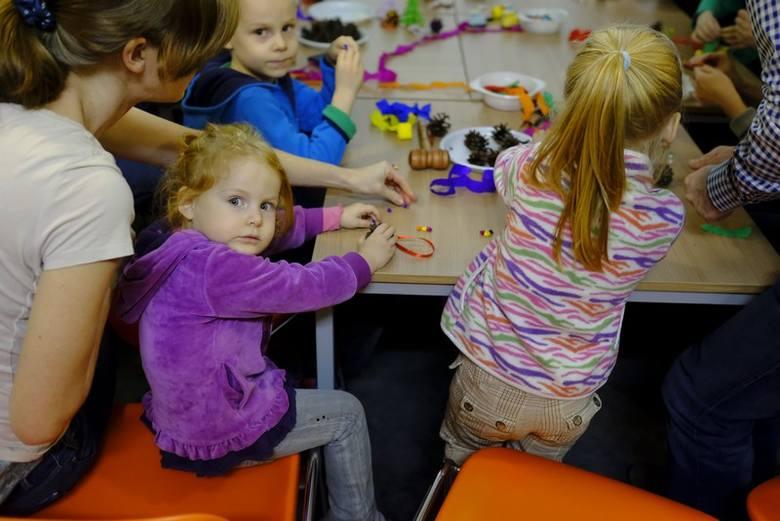 W Dworze Artusa można było poczuć magię świąt. Podczas zajęć ich uczestnicy dzielili się pomysłami na kreatywne ozdoby choinkowe, bożonarodzeniowe origami