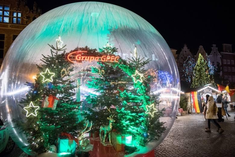 Kula śnieżna, do której można było wejść z rodziną bądź przyjaciółmi, i przy okazji zrobić pamiątkowe zdjęcia  była jedną z największych atrakcji Jarmarku