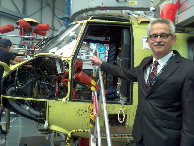 Linia montażowa śmigłowców Airbus Helicopters w Marignane koło Marsylii. Taka sam mogła być w Łodzi. Na pierwszym planie Tomasz Krysiński, łodzianin, wiceprezes AH ds. badań i rozwoju.