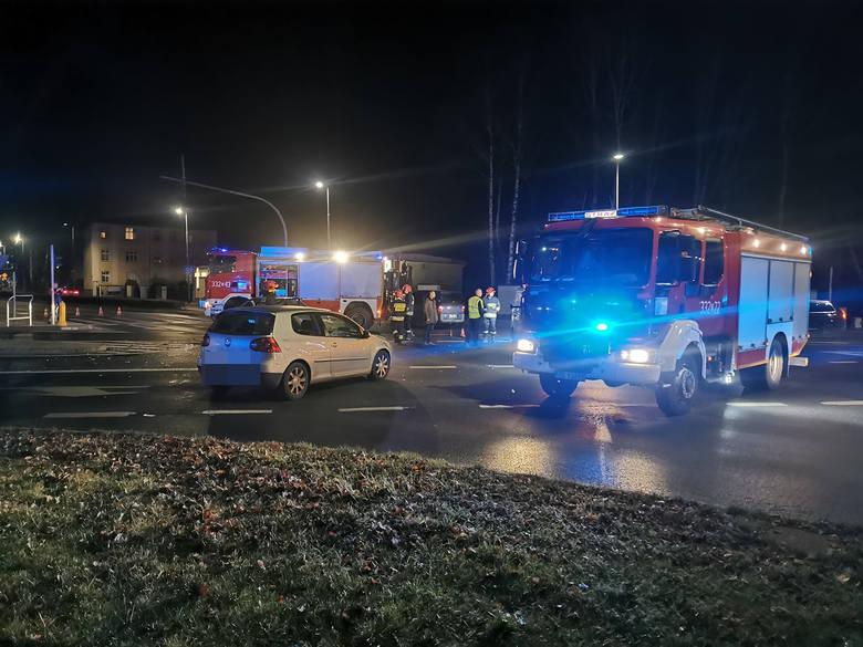 Do wypadku doszło na skrzyżowaniu ulicy Zwycięstwa i Traugutta w Koszalinie około godziny 22.30. Zderzyły się w tym miejscu dwa samochody osobowe. Wkrótce