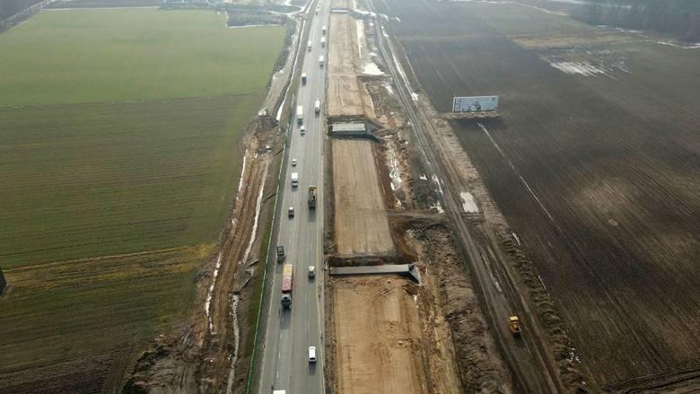 Po starej DK 1 nie zostało już praktycznie nic. Zniknął asfalt. Drogowcy szybko  zabrali się za rozbiórkę starej drogi i budowę w jej miejscu nowej jezdni