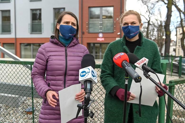 Posłanki KO Agnieszka Pomaska i Barbara Nowacka przed siedzibą wojewódzkiego sanepidu