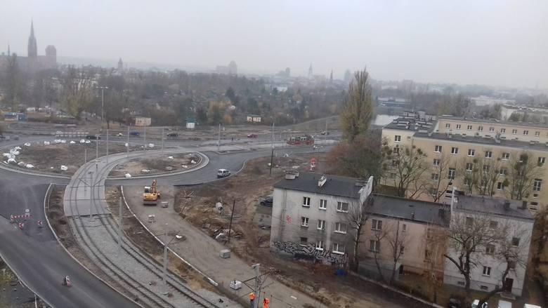 Przebudowywany plac Chrapka powoli nabiera ostatecznego kształtu. Widać już efekty prac przy budowie ronda, które ma na celu podniesienie bezpieczeństwa