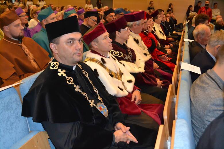 Dzisiaj  w Częstochowie w auli uczelni przy ulicy Waszyngtona odbyła się uroczysta inauguracja roku akademickiego na Akademii im. Jana-Długosza.Podczas