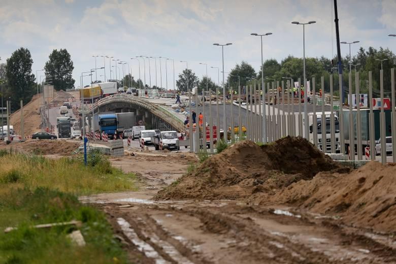 Prace na modernizowanych trasach idą w tej chwili zgodnie z planem - zapewnia Bożena Zawadzka, zastępca dyrektora Zarządu Dróg i Inwestycji Miejskich.