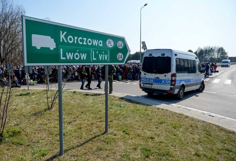W piątek o godz. 12 około 2 tys. Ukraińców czekało w długiej kolejce, aby móc dostać się pieszo do oddalonego o kilometr przejścia granicznego w Korczowej.