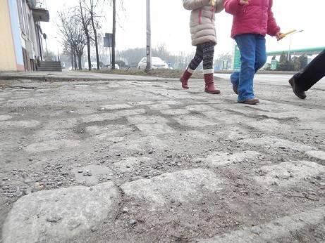 Oświęcim. Na tych chodnikach można połamać nogi! Remont będzie, ale za rok [ZDJĘCIA]
