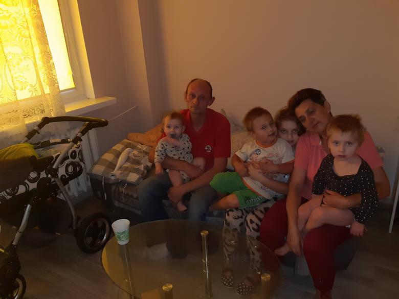 Pan Tomek z gromadką - Oliwią, Tomkiem, Kacprem, Oskarem i Amelką (w wózku) oraz teściową, która po śmierci pani Agnieszki jeszcze częściej pomaga w