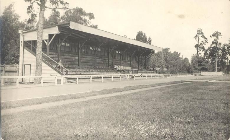 Widok przedwojennego Stadionu Zwierzynieckiego w Białymstoku po wybudowaniu w 1934 roku drewnianej trybuny, która przetrwała aż do początku lat 80. Fot. ze zbiorów Jana Murawiejskiego.